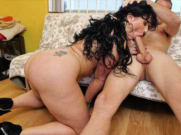 Big ass BBW Carmen De Luz is standing on her knees to give a good blowjob