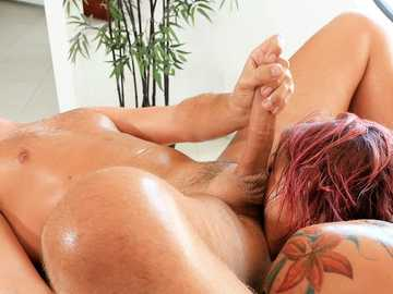 Girl with pink hair Anna Bell Peaks brings Keiran Lee's dong inside her mouth