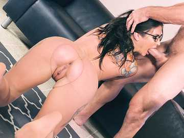 Felicity Feline finalizes her day as a secretary by pussy to mouth blowjob