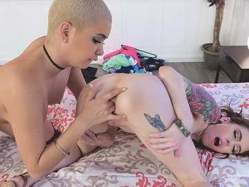 Lesbian Aaliyah Hadid is four fingers up in shaved pussy of Anna De Ville