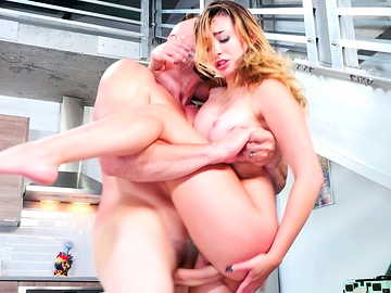 Big-breasted and very flexible female Quinn Wilde get screwed by strong Jmac